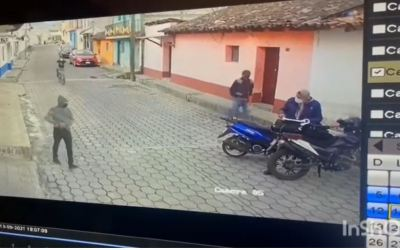 Vídeo: Criminales con arma de fuego en mano, le roban a hombre que revisaba documentos en su motocicleta