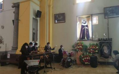 Feligreses celebran el nacimiento de la Virgen María
