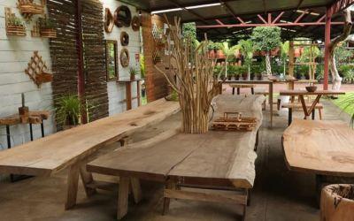 Carpintero nicaragüense crea muebles y artesanías con maderas descartadas