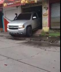 Vehículo se empotra en panadería en la zona 7 de Xela