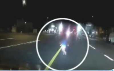 Conductor rescata a un niño de unos 2 años que caminaba solo por una calle en Los Ángeles