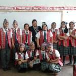 Profesora enseña a cantar en quechua