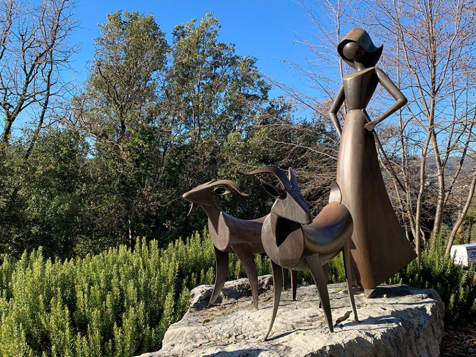 Steve and Carole in Vence - Statue by local artist Jean-Pierre Augier on the road between Sainte-Blaise and Levens.