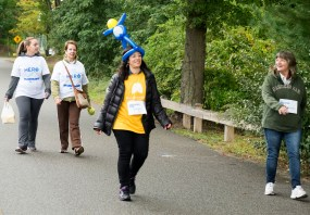 volunteer-with-balloon-hat