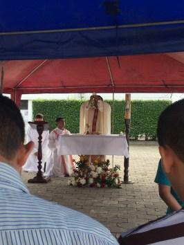 Celebramos la Eucaristia del domingo bajo carpas y a las afueras...