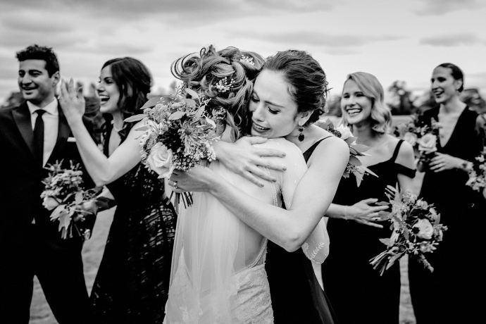 bridesmaid hug, reportage photography