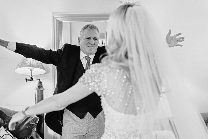 father of the bride greeting his daughter before the wedding