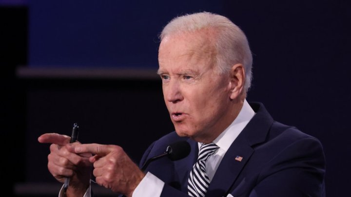 Biden is an actor or clone. one Biden clone having hanging ear lobes, while another Biden clone has attached ear lobes.