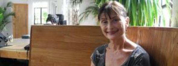 """Mietmutter Nina Keneally sitzt am 11.08.2016 in einem Café im New Yorker Stadtteil Bushwick. Foto: Amelie Richter/dpa (zu dpa """"Wenn du eine Mama brauchst: Die Mietmutter aus New York"""" vom 06.10.2016) +++(c) dpa - Bildfunk+++"""