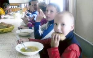 Children being fed at Kondopoga parish