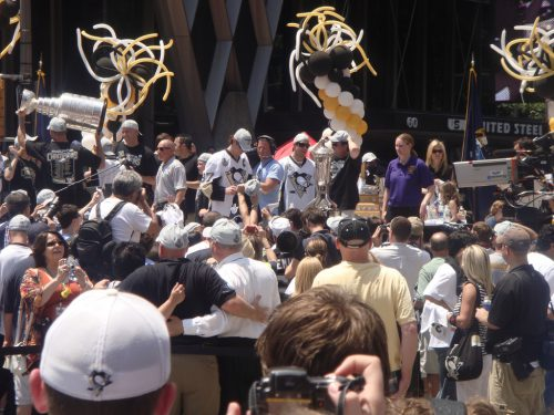 Pittsburgh Penguins player Crosby sign autograph