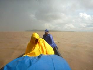 Stortbui op de Amazone rivier van Leticia naar de zijrivier Loretoyacu