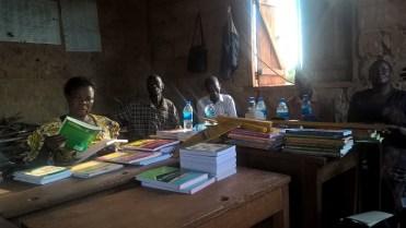 Overhandiging lesmateriaal Buwagama lagere school