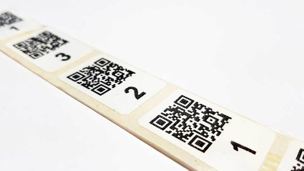 QR код на самоклеящихся этикетках