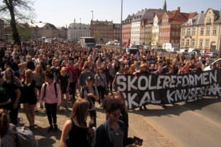 School children demonstrate against school reform