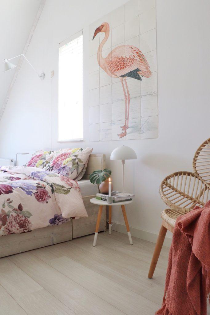 Slaapkamer hoekje met Cinderella dekbedovertrek, IXXI en rotan stoel.