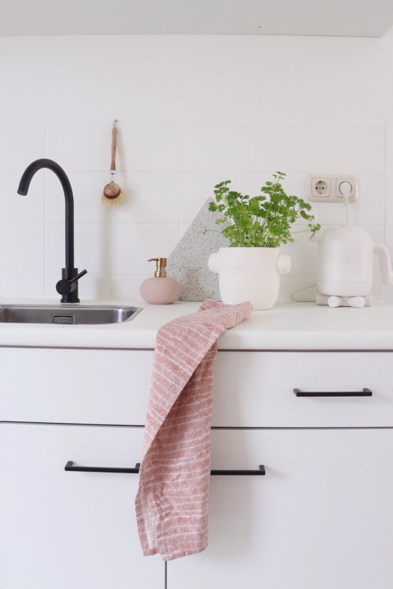 Witte keuken met roze en zwarte accenten