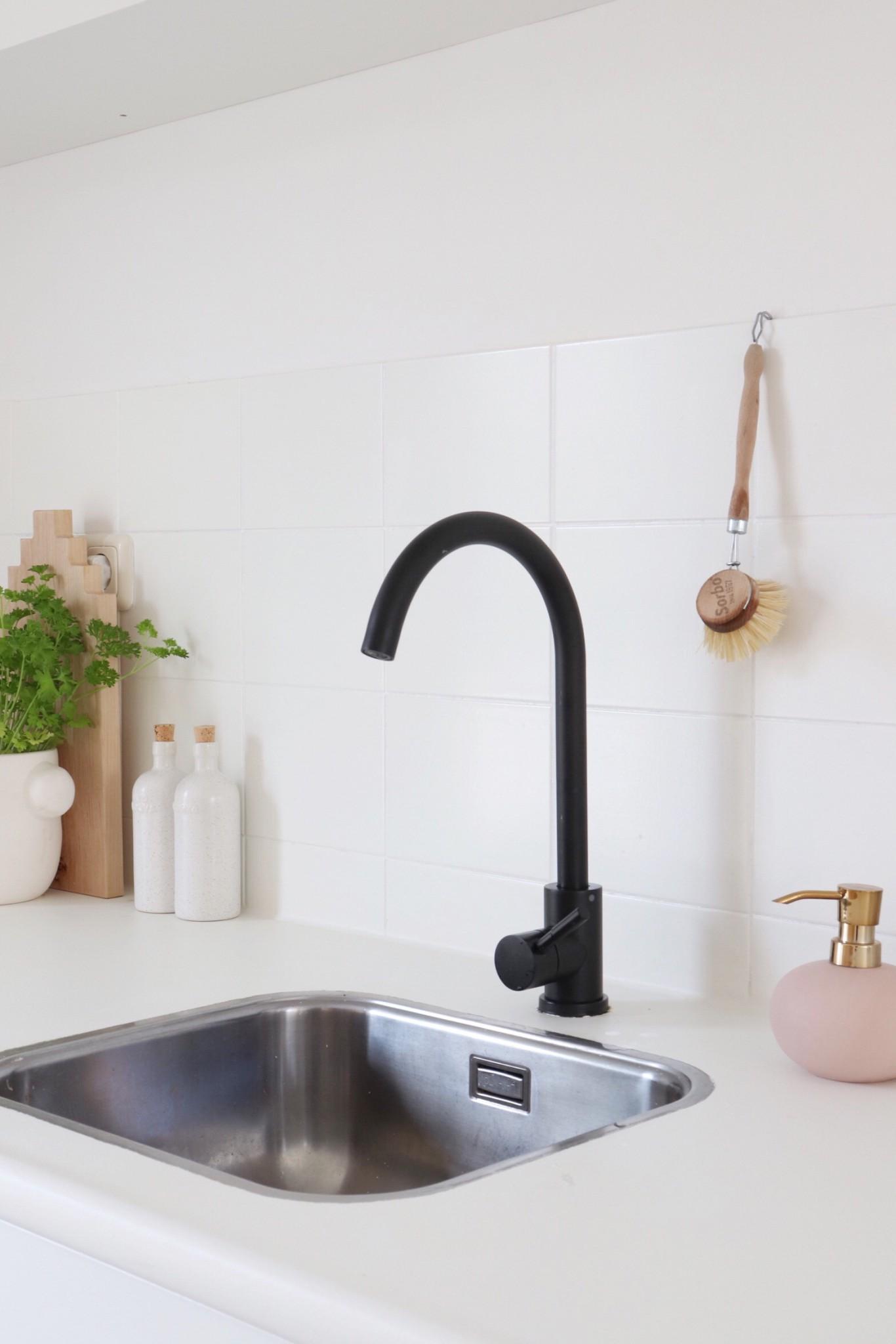 Zwarte kraan als accent in een witte keuken