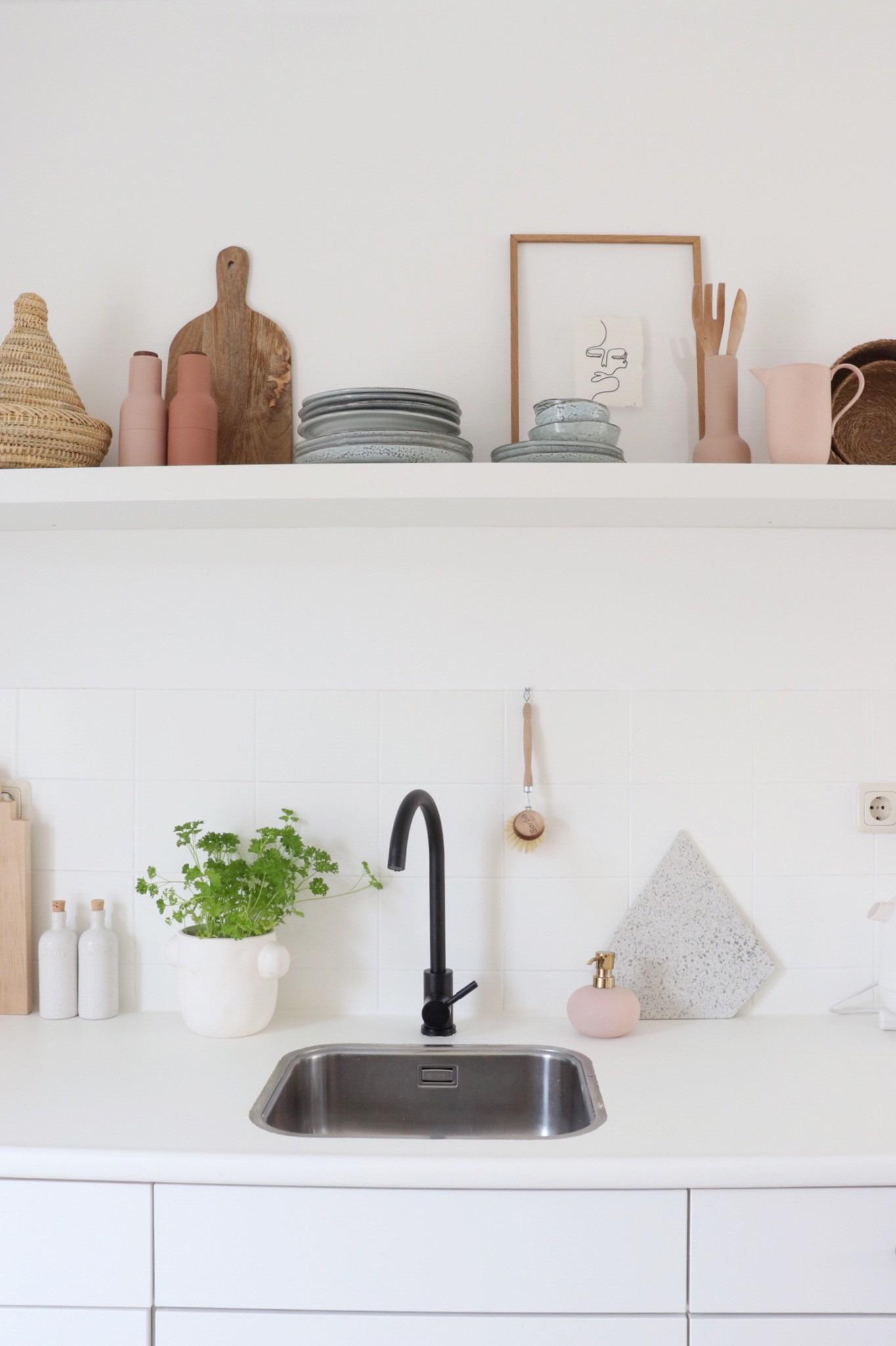 Witte keuken met zwart en roze accenten