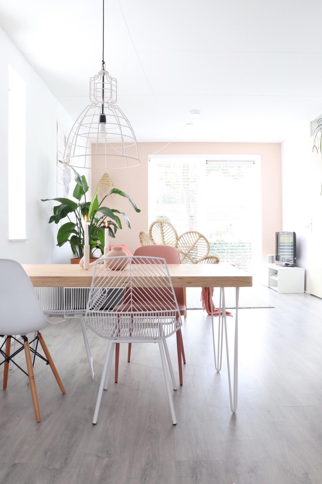 rechthoekige eettafel in de woonkamer