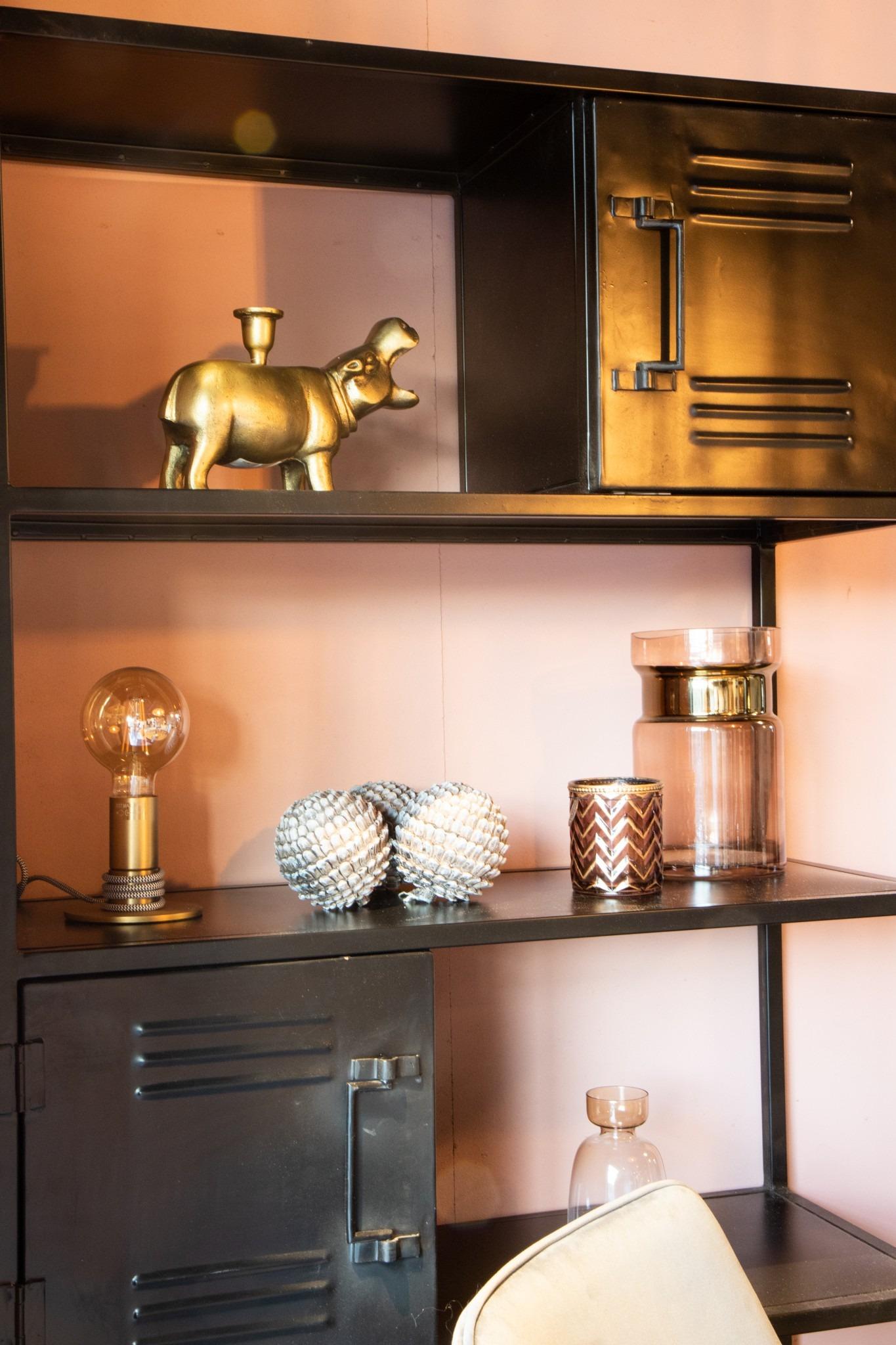 accessoires in roze en goud tinten in de stijlkamer in Dok 2