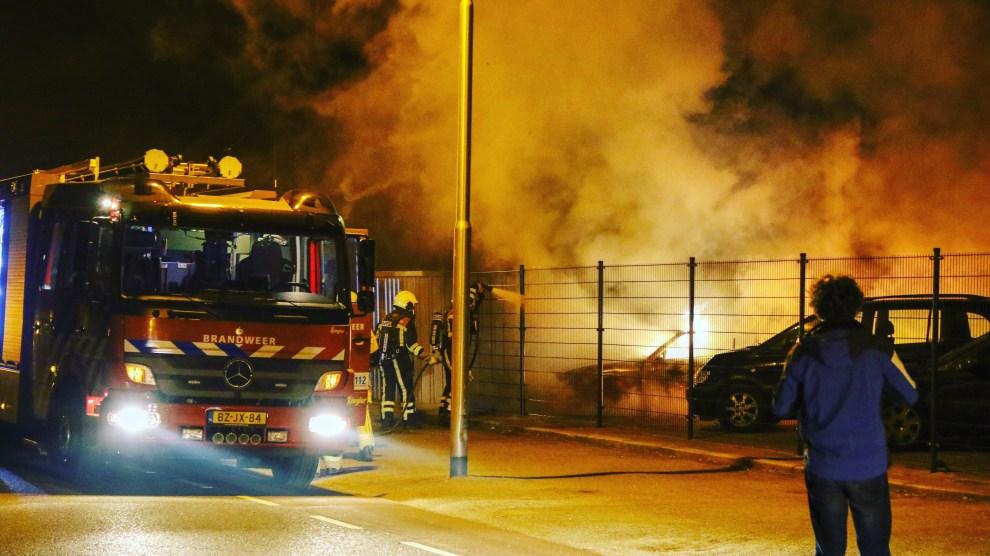 Auto volledig uitgebrand op terrein van autobedrijf in Enter