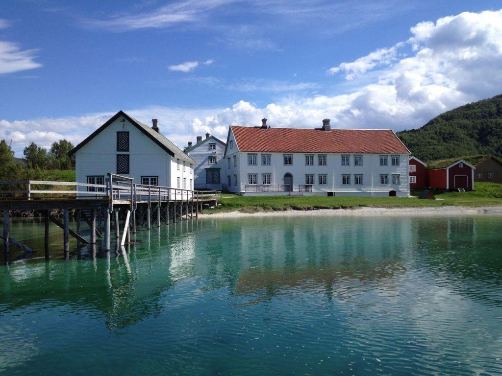 Opplev det sjarmerende og godt bevarte handelsstedet Kjerringøy - du blir slått av det bildeskjønne landskapet og møtet med kystkultur og det best bevarte handelstedet fra 1800-tallet.