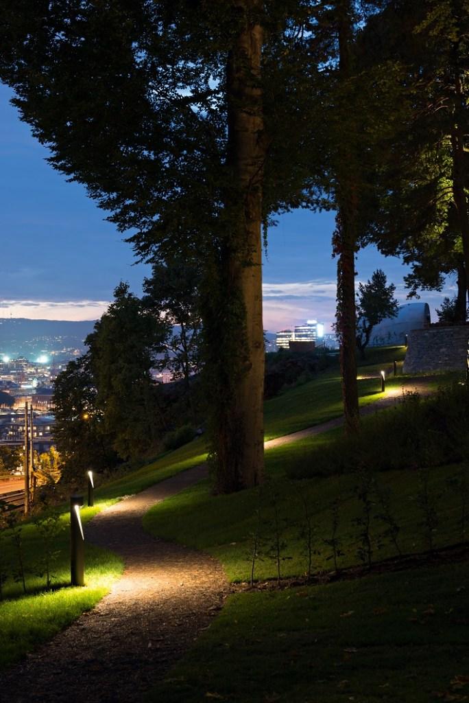 Bildet fra Ekebergparken i Oslo viser utsikt mot byen på kveldstid.