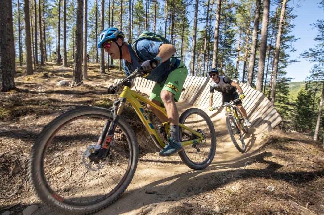 På sykkel i løype i Trysil
