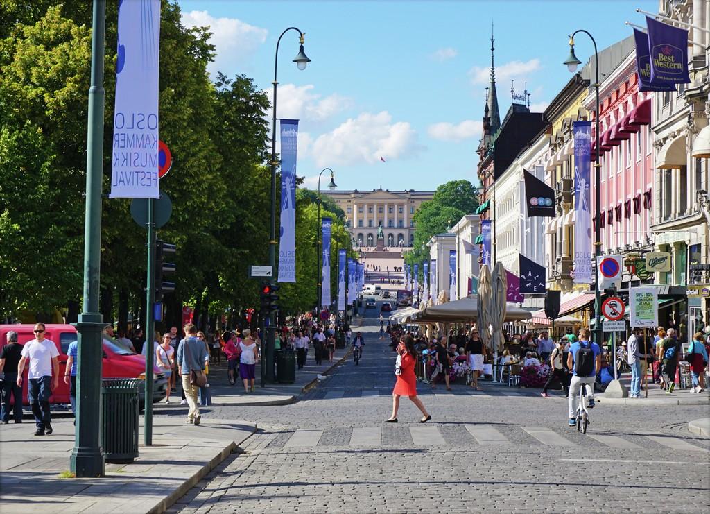 Karls Johans gate i Oslo er hovedstadens paradegate. Slottet ses i bakgrunnen.