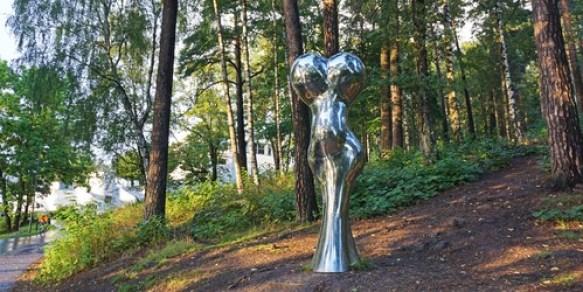 En av skulpturene i Ekebergparken. Utført i blankpusset stål.