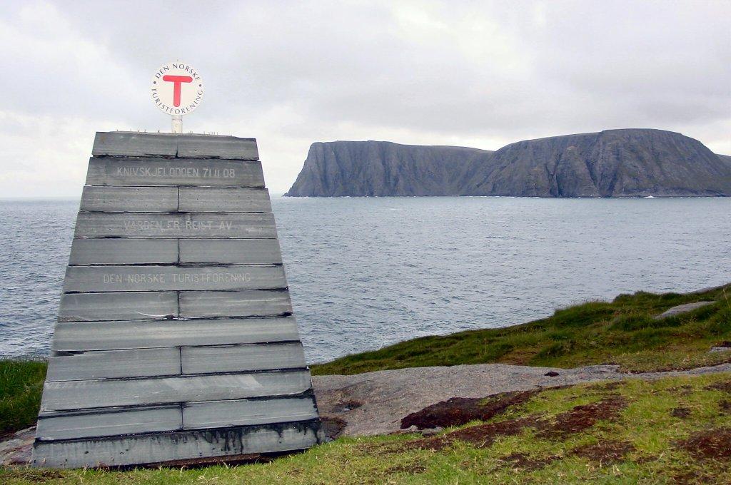 Turistforeningens varde på Knivskjelodden, med Nordkapp i bakgrunnen i øst.