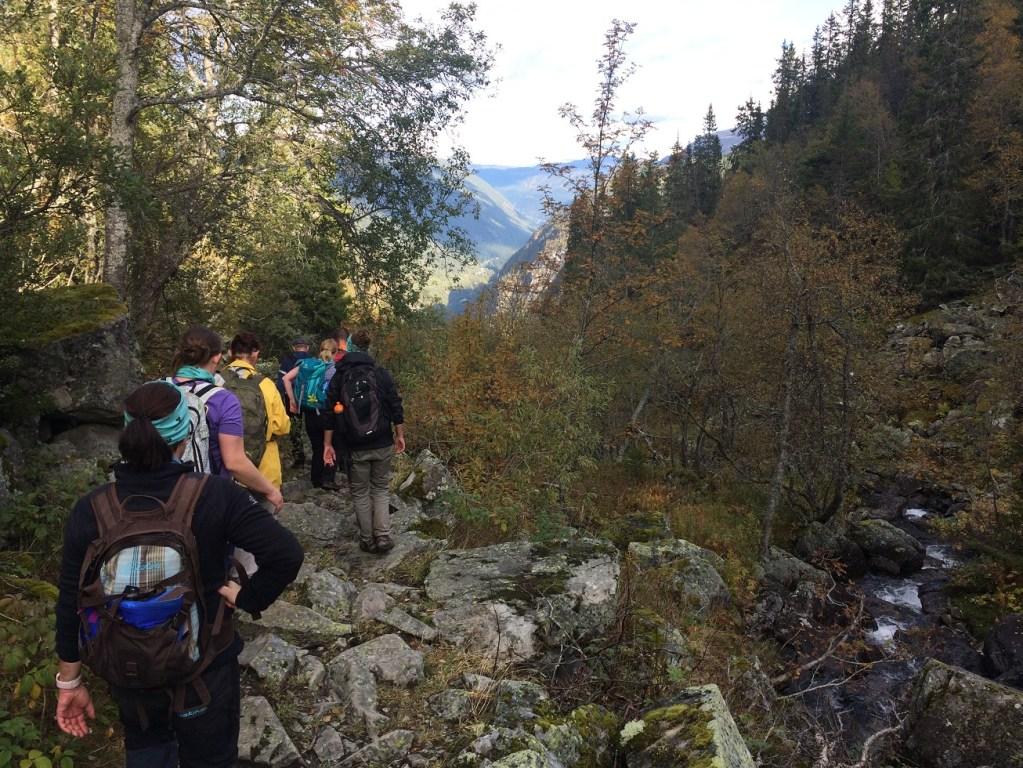 Et følge på mange personer på tur langs sabotørstien på Rjukan.
