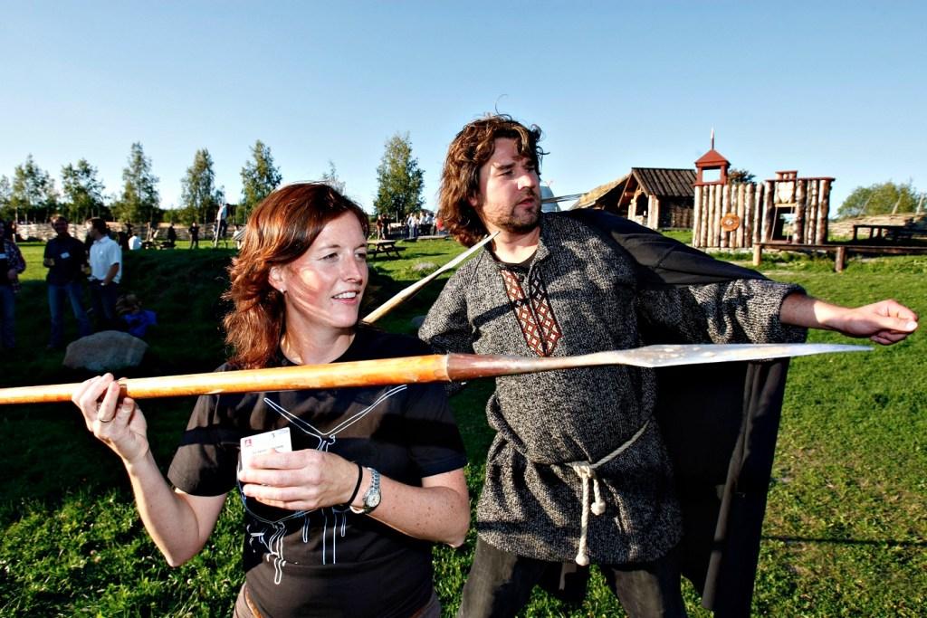 Mann og kvinne utkledd som ekte vikinger holder hvert sitt spyd klare til kast.