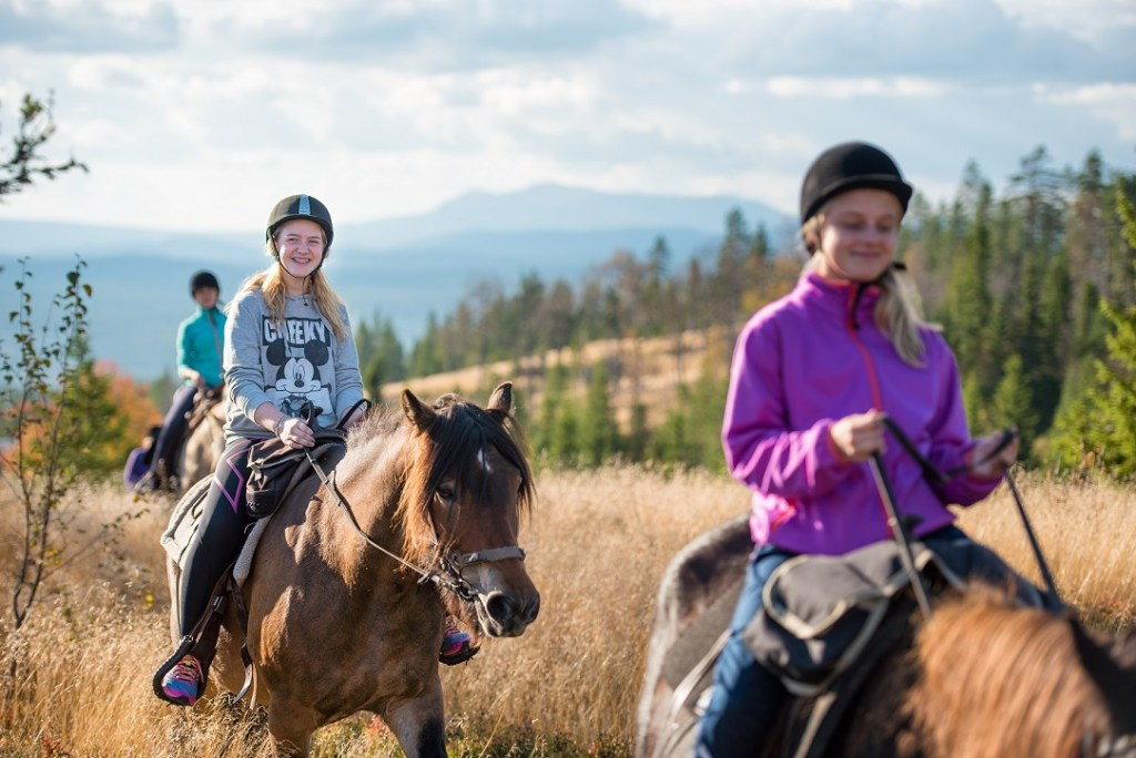 Tre undommer på hesteryggen utforsker naturen i Trysil.
