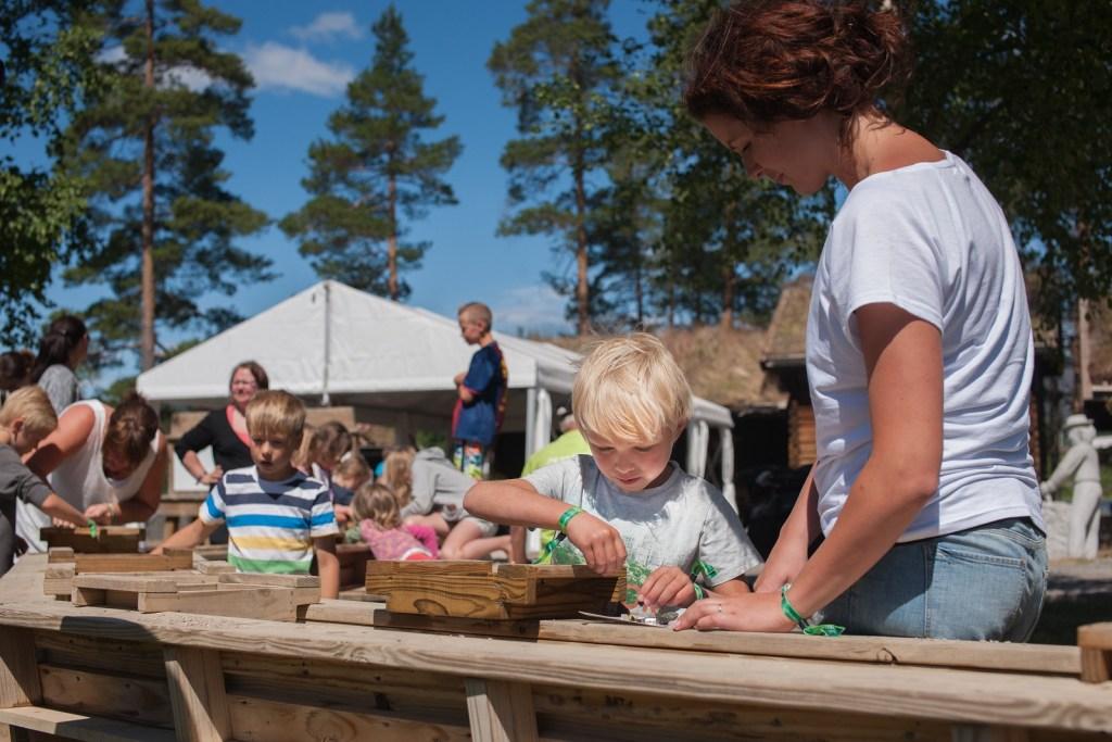 Mange barn som koser seg på skattejakt etter mineraler på Mineralparken i Evje.