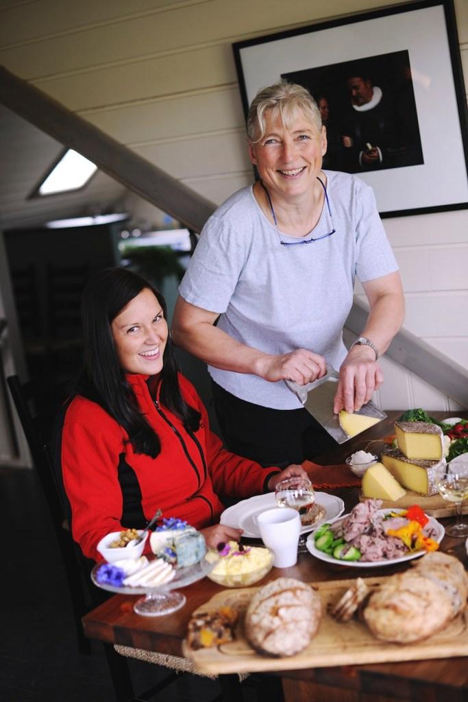 Dame blir servert hjemmelaget mat på Hitra Gårdsmat.