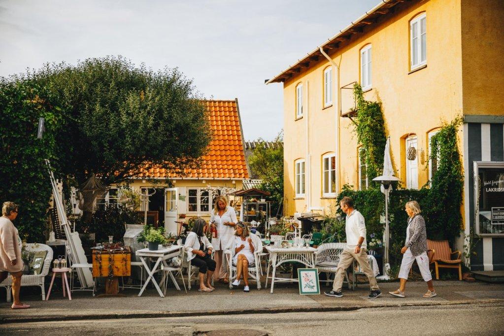 Uteservering på en kro i Liseleje, en livlig badeby på Nord-Sjælland.