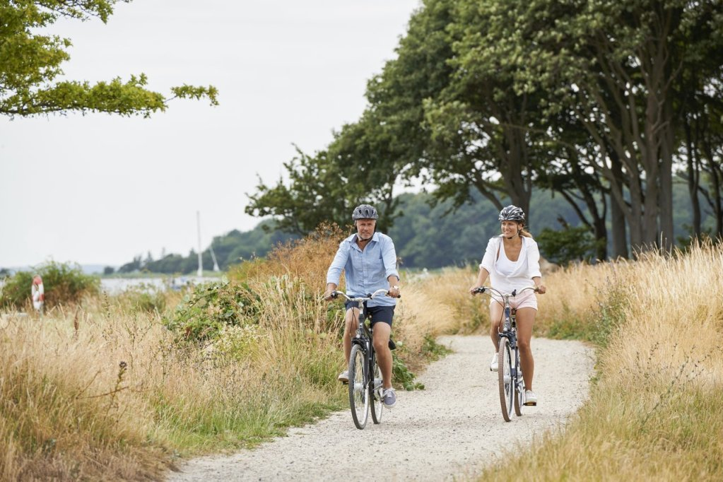 Voksent ektepar sykler på grusvei på Lolland.