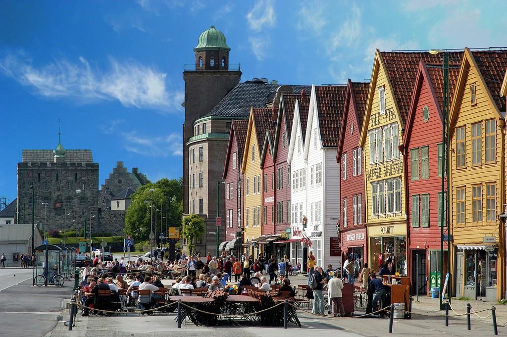 Bryggen i Bergen, også kjent som Tyskebryggen og Hansabryggen, omfatter den gamle trebebyggelsen og brannsikre steinkjellere i den historiske bykjernen i Bergen