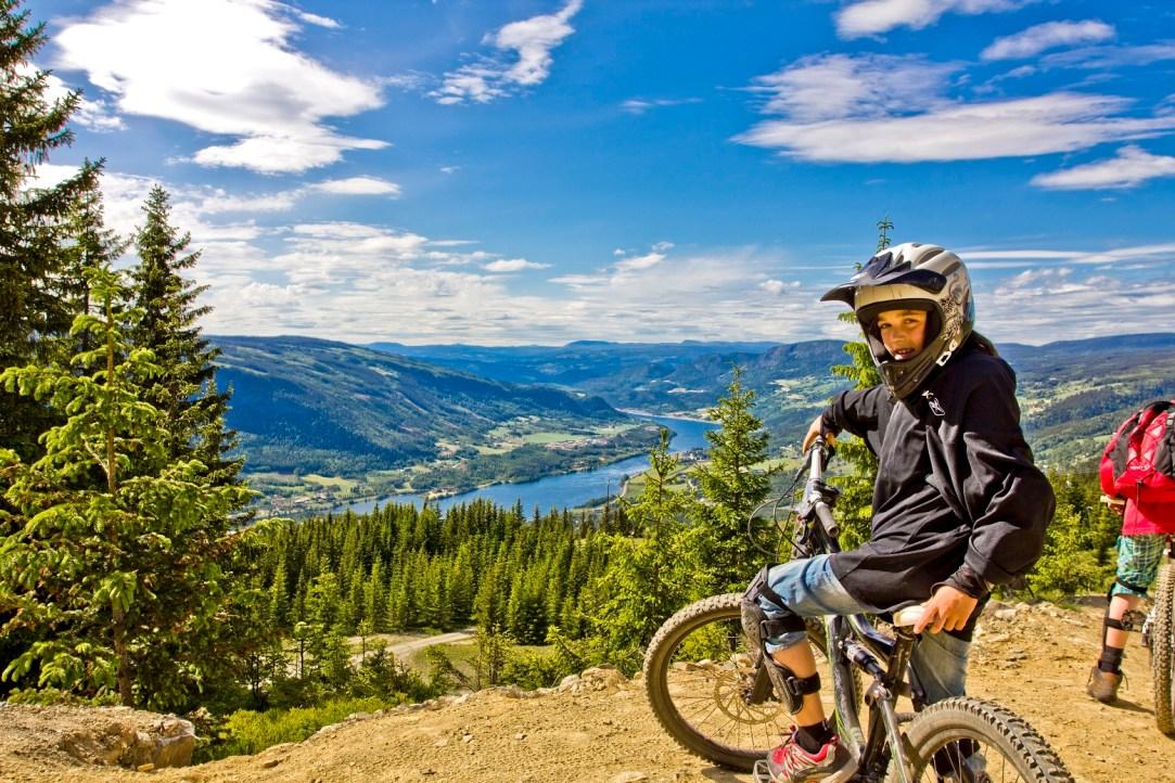 Gutt med hjelm på sykkel i Hafjell.
