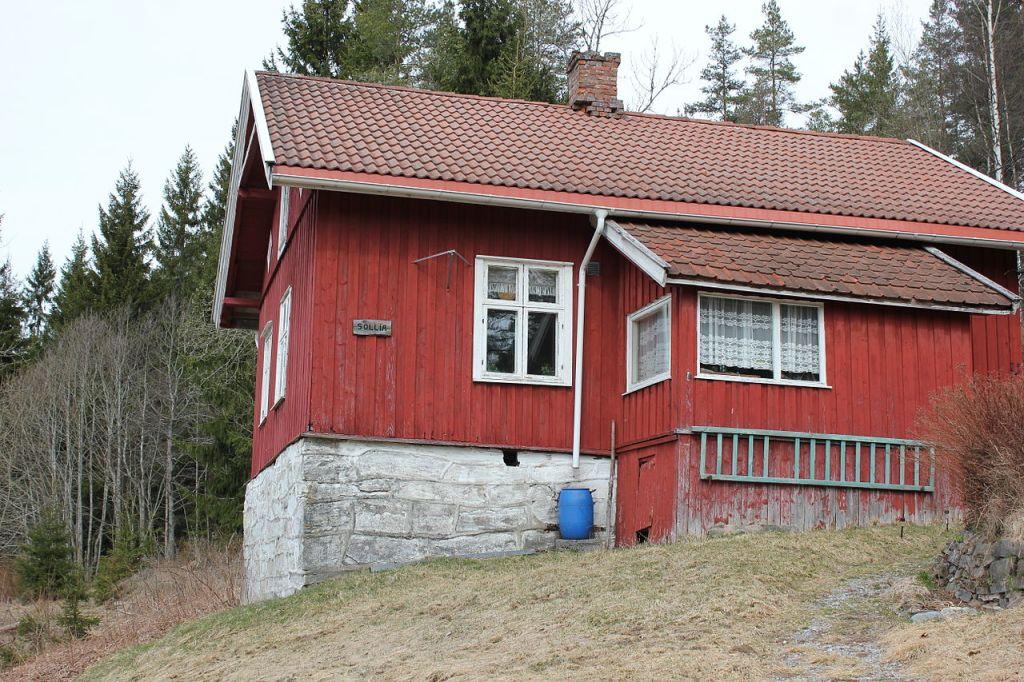 Plassen Sollia i Enebakk ligger langs flyktningeruta fra Oslo til svenskegrensen. Rødmalt gammelt hus med hvite karmer.