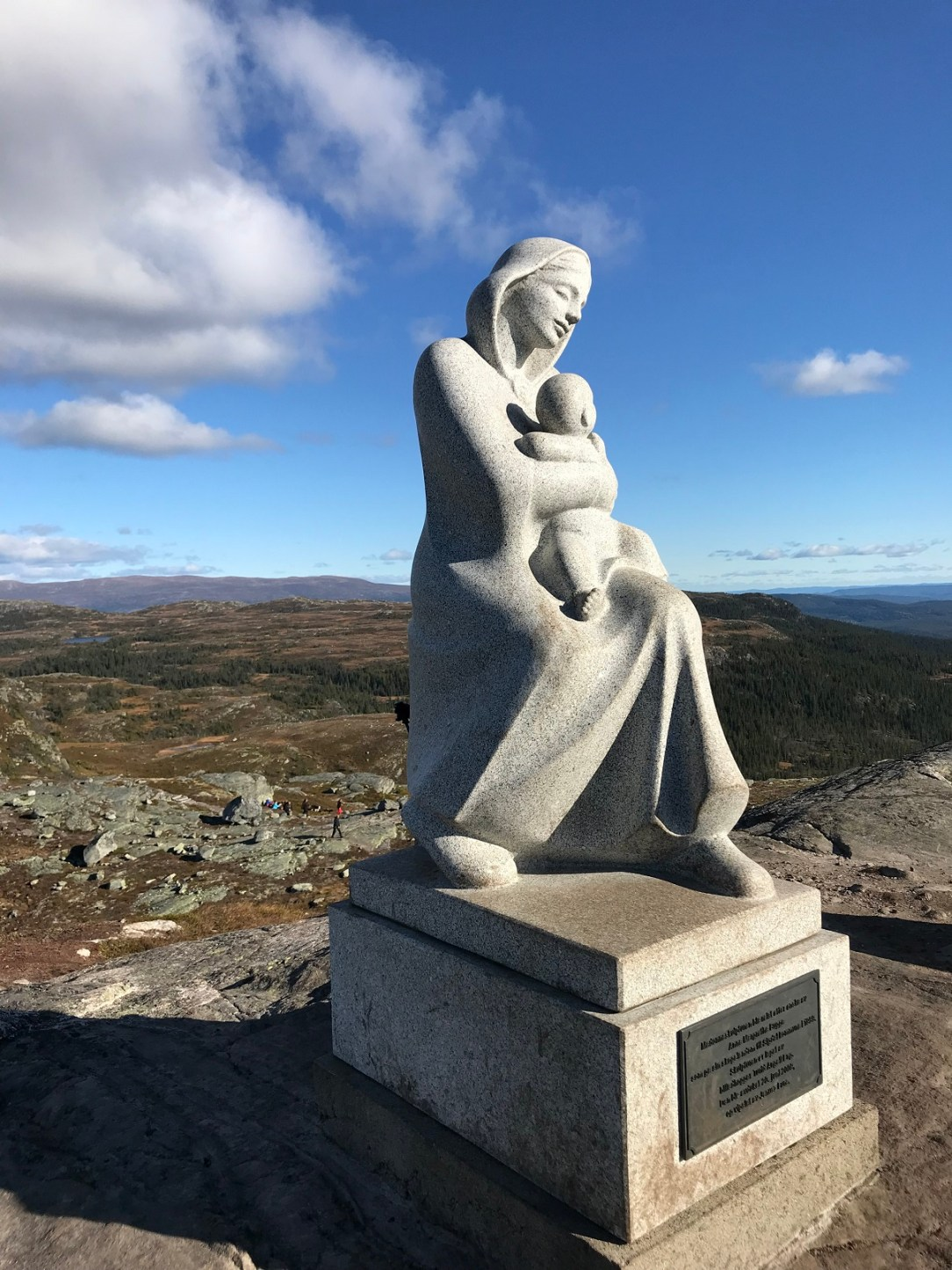Statue på fjell i Sigdal