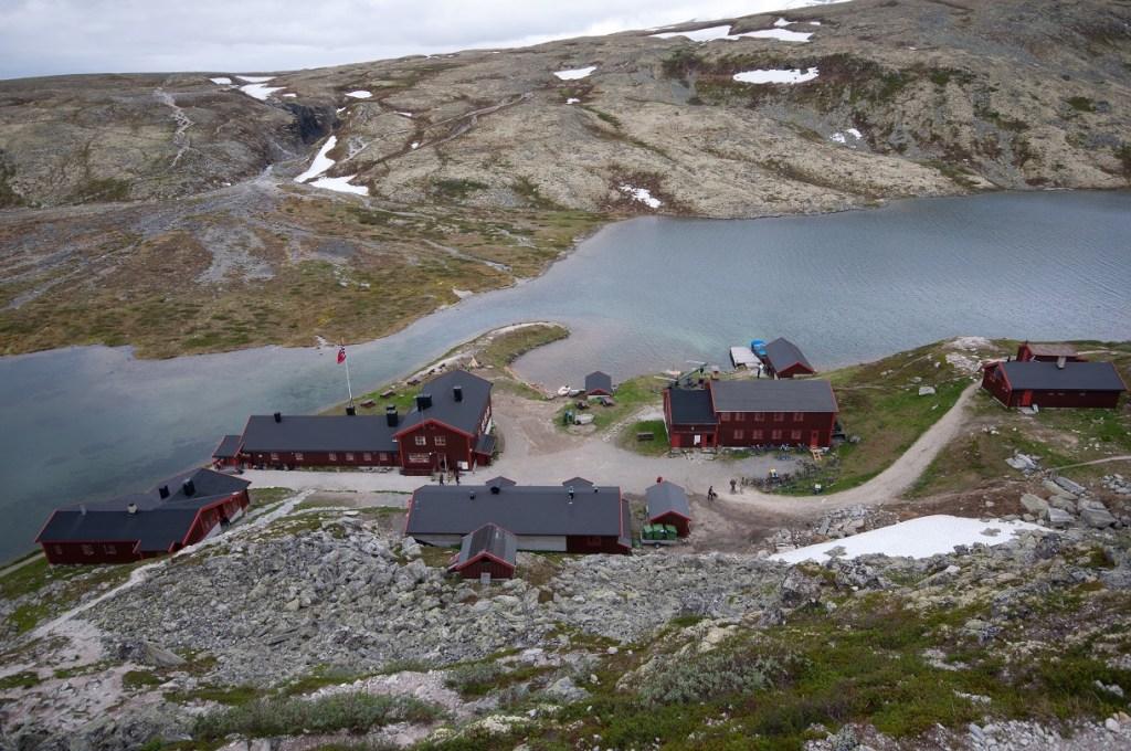 Turisthytte ved fjellvann i Rondane
