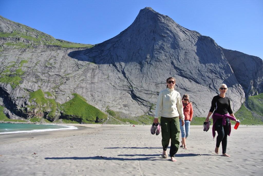 Tre damer på stranda i Lofoten
