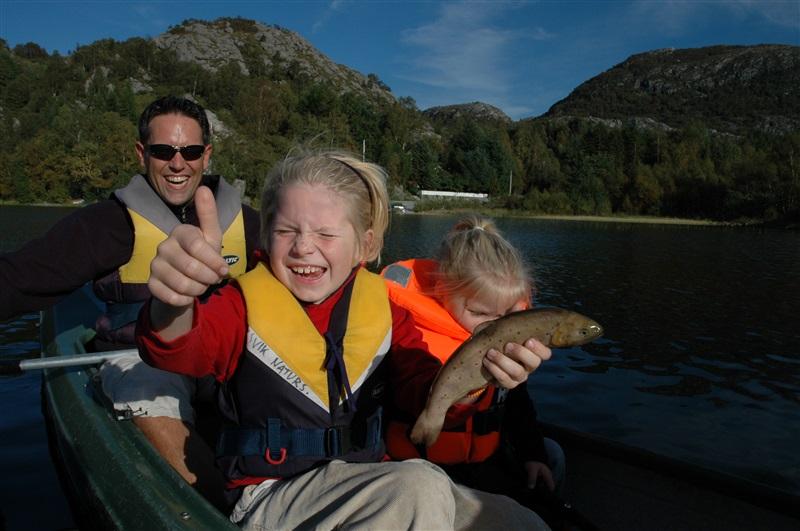 Familie i kano med fisk Alsvik