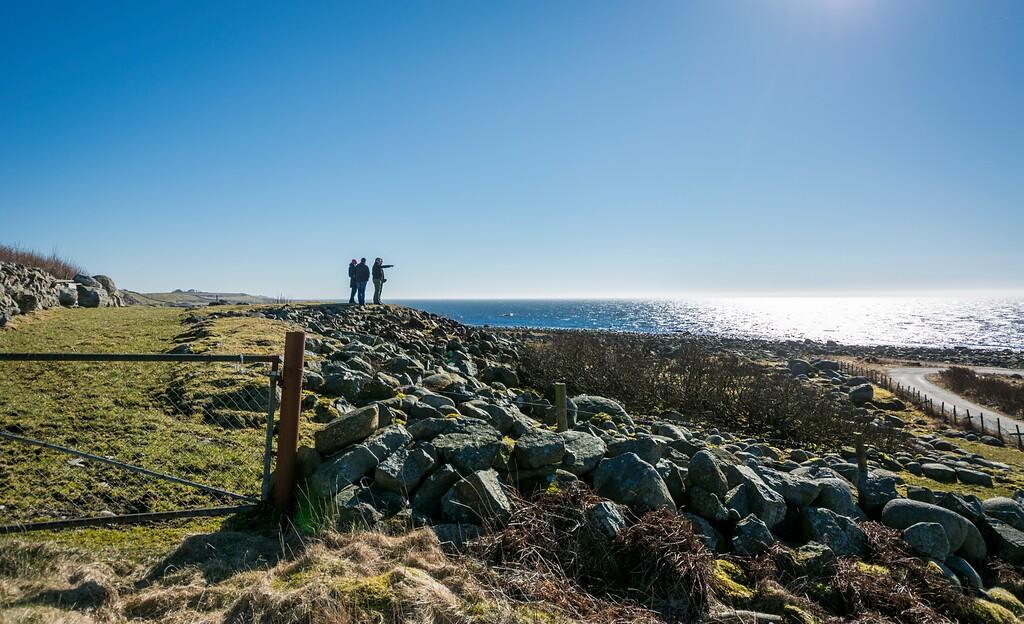 Personer ser utover havet ved Hå i Rogaland