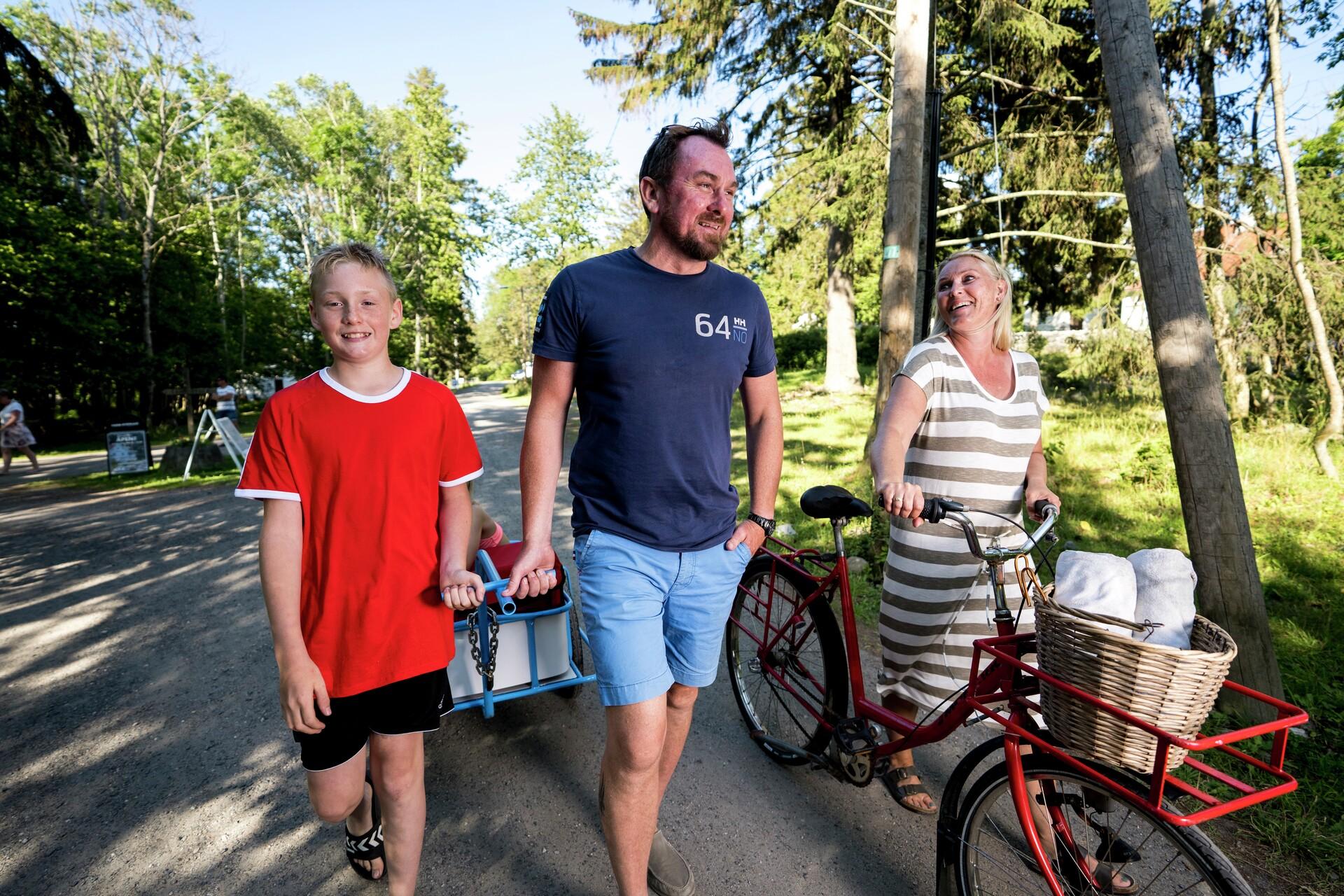 Familie mor far og gutt med sykkel og trillevogn Jomfruland