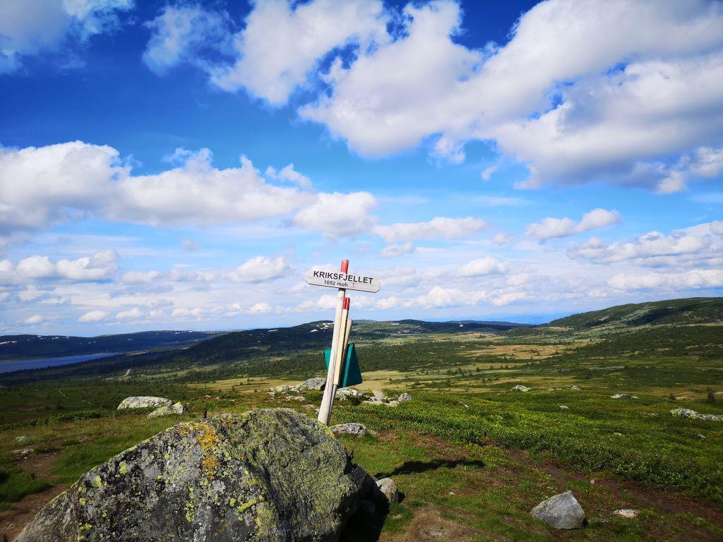 Skilt med postkasse på Kriksfjellet i Øyer