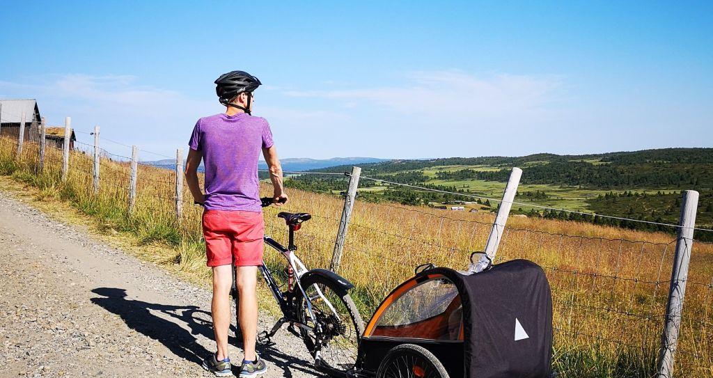 Mann med sykkel og sykkelvogn på Øyerfjellet